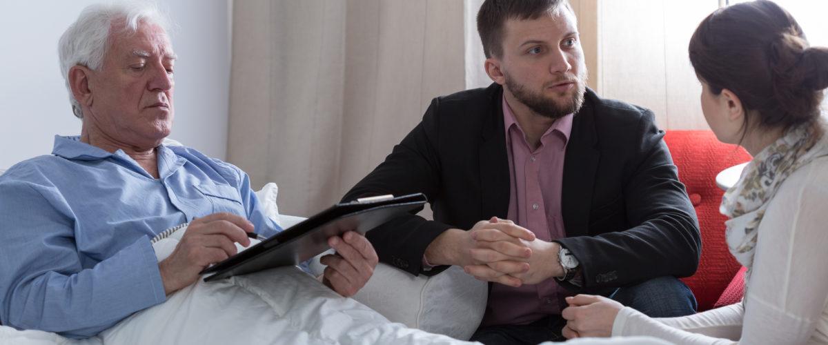 Pai com documentação falando com o filho